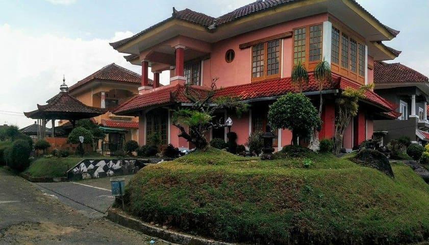 Villa layla 3 kamar kolam renang pribadi puncak