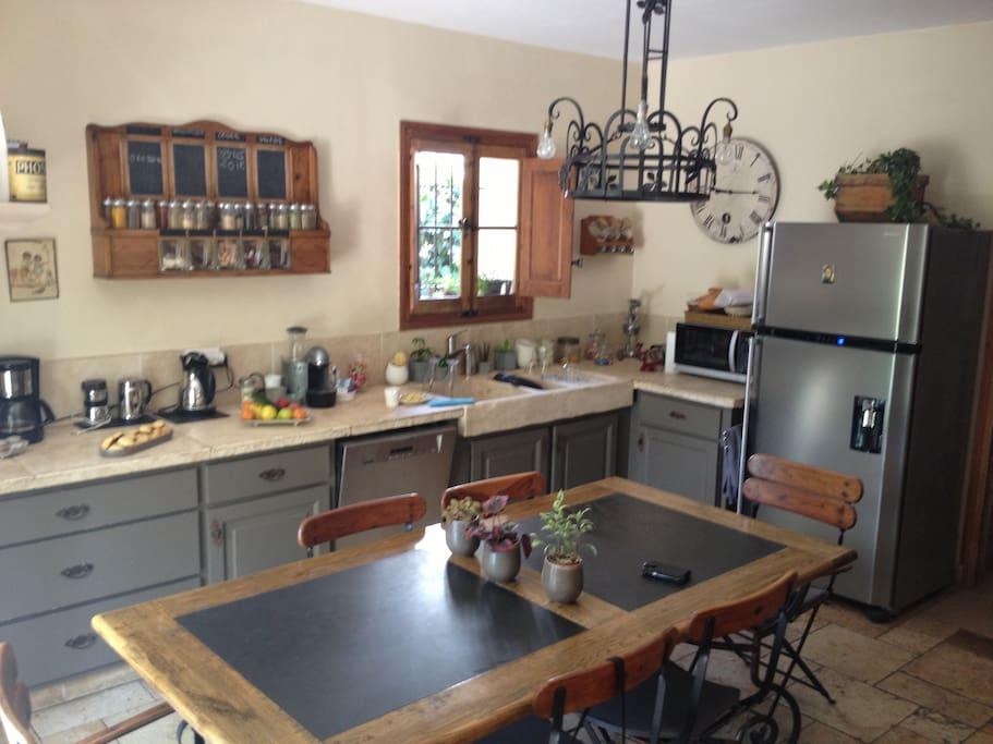 cuisine de 30 m2 pouvant accueillir 8 à 10 personnes au petit déjeuner