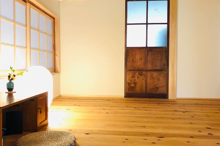 レトロなガラス窓と和紙のコントラスト。 一番奥のお部屋です。
