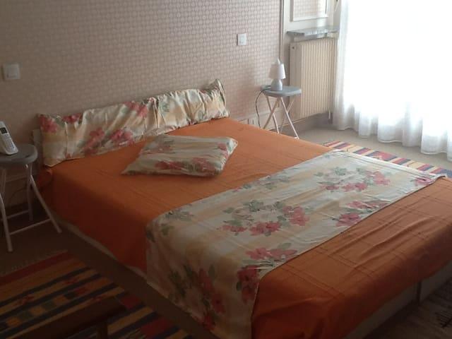 Suite 22m2 salle de bains privée hyper CENTRE - Le Mans - Byt