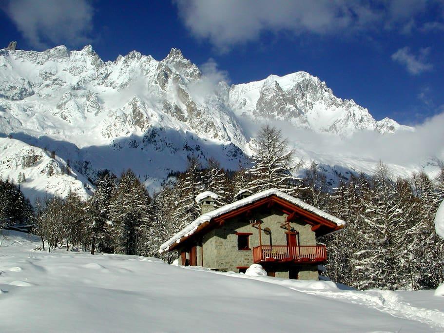 La baita d'inverno, in alto le Grand Jorasses e il Dente del Gigante