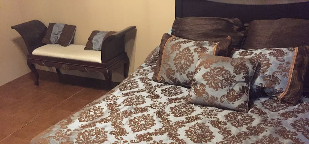 Prime Location, Comfy & Quiet Bedroom - La Crosse