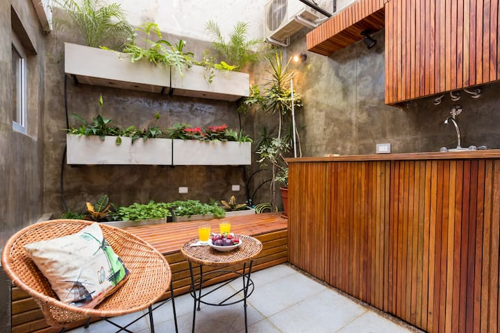 HEART OF SOHO 2 bedrooms with PATIO