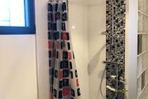 salle de bain de l'étage avec douche et baignoire