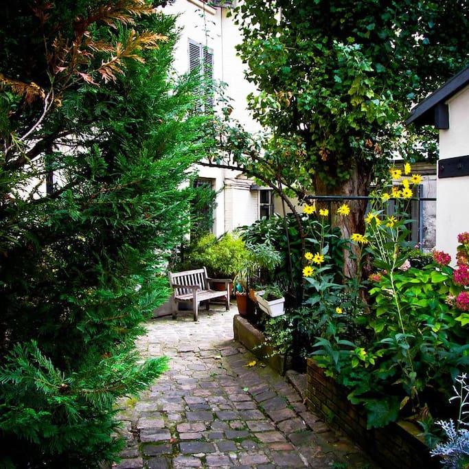 Vue sur jardin intérieur calme