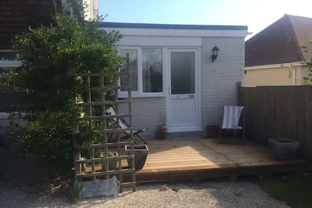 Light, cosy annex 1 minute from the beach - East Wittering - Bungalo