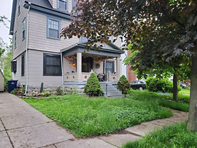 Cozy home in N. Buffalo, train line to downtown