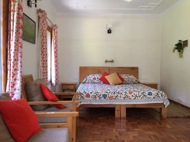 The Lama House - Orange Room