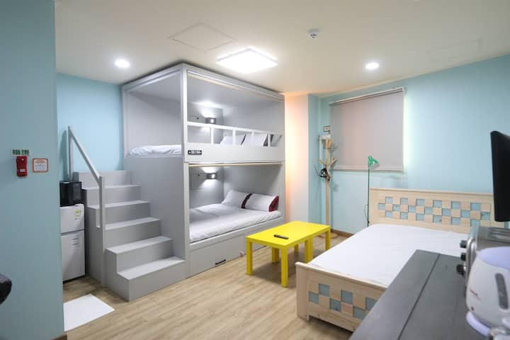 Welcome!! Midtown Hostel Family Room 503