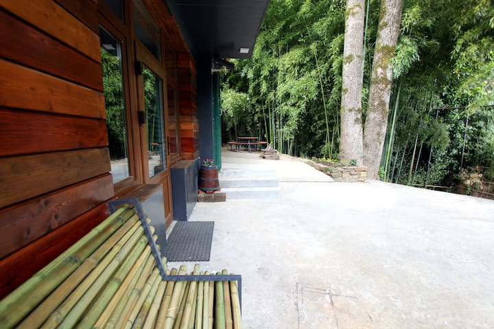 Лофт для большой семьи с видом на бамбуковую рощу.