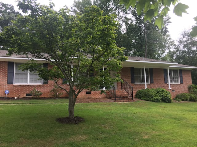 3BR Auburn Gameday home 2mi from downtown/campus