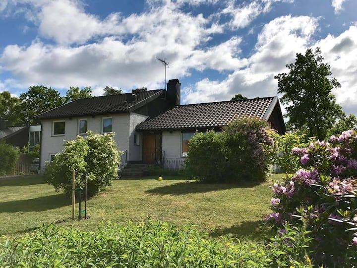 Centralt i Kalmar, stort ljust hus med öppna ytor