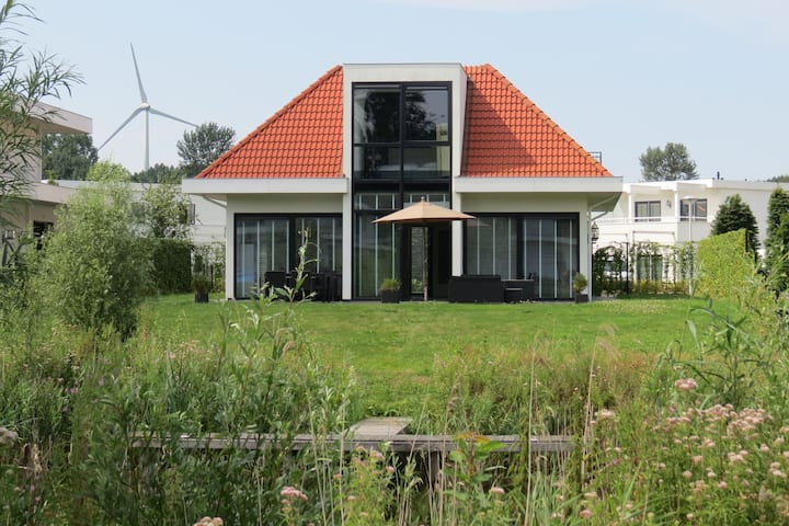 Scenic Holiday Home in Zeewolde with Jetty