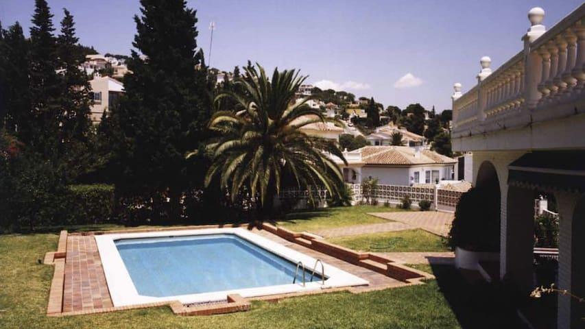 Vista de la piscina y jardin