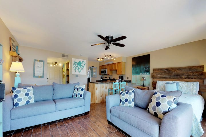 Beautiful coastal condo w/ covered picnic area, shared pool/hot tub