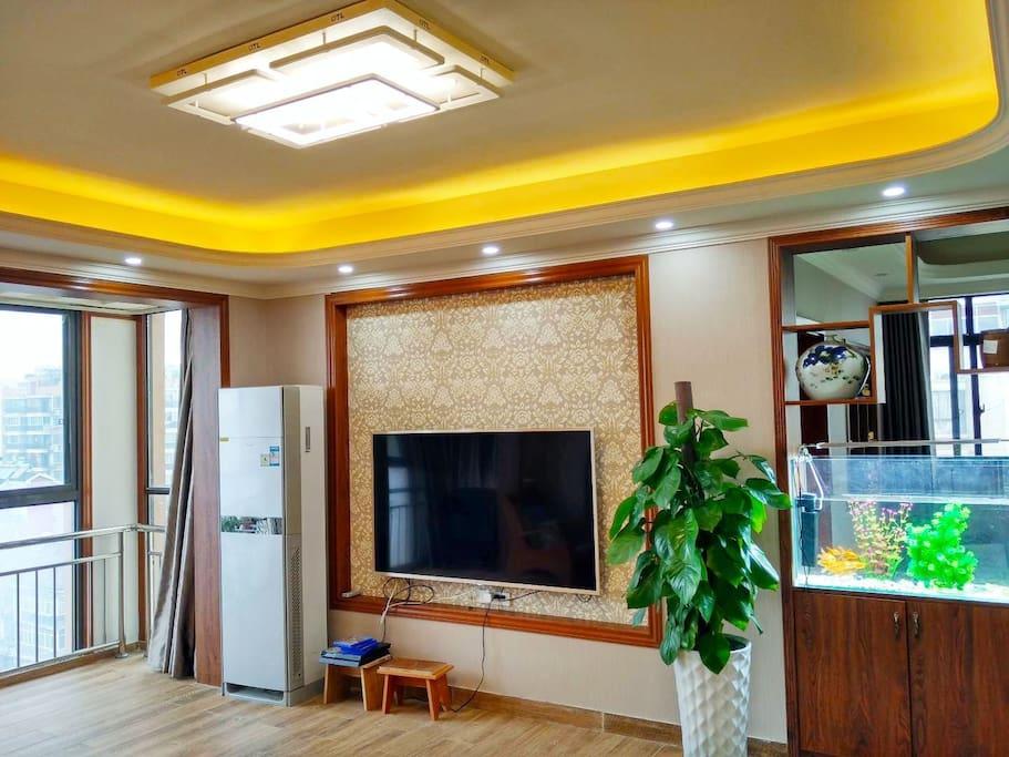 共享客厅:大电视、舒适的沙发、立式空调、宽敞的空间,一定会让您有宾至如归的家的温馨!