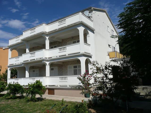 Nice two bedroom apartment in Supetarska Draga - Supetarska Draga - Apartment