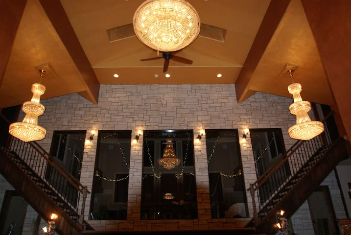 Luxury in the country minutes from w. Des Moines