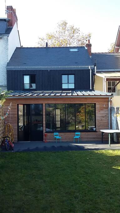 Un salon totalement ouvert sur le jardin...