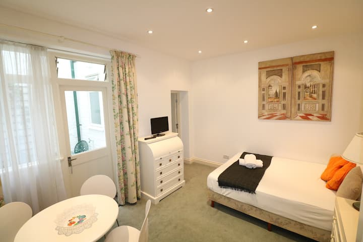 ❖ Elegant Large Studio with Patio near Oxford St.❖