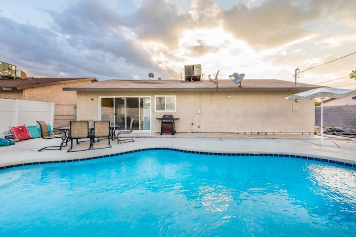 7 min from the strip with pool