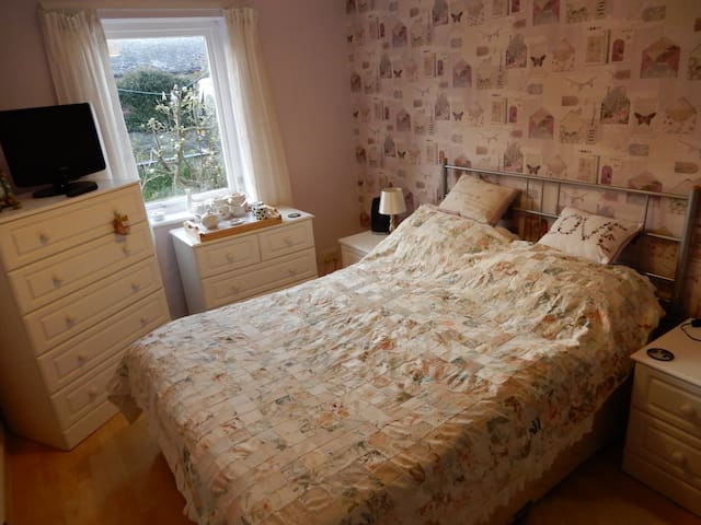 Swnymor B&B - Double bed. Home form home