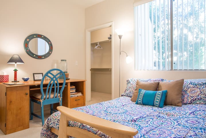 Pleasant private room (QUEEN BED) & bath.