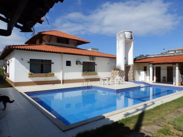 Quarto privado na casa com piscina perto da praia