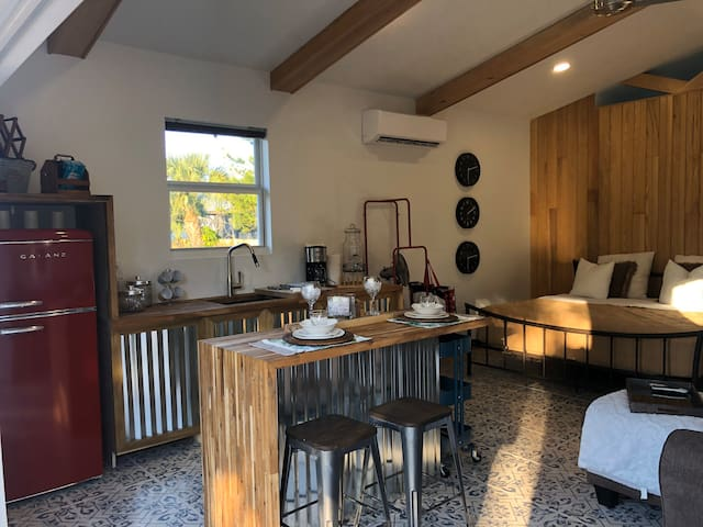 Modern Spacious studio minutes from beach/downtown