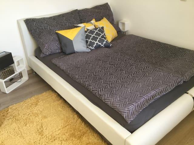 Schlafzimmer Nr. 1 mit einem Doppelbett