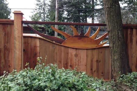 Inlet Hideaway 'Creekside' suite - Sechelt - Huis