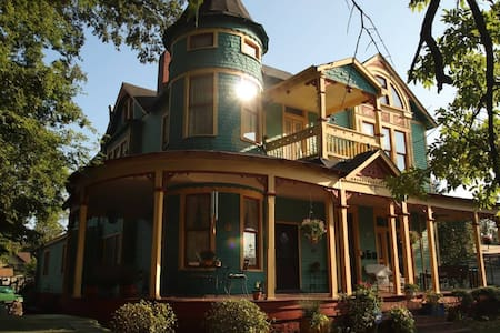 Captain Harris House—Fun and Funky