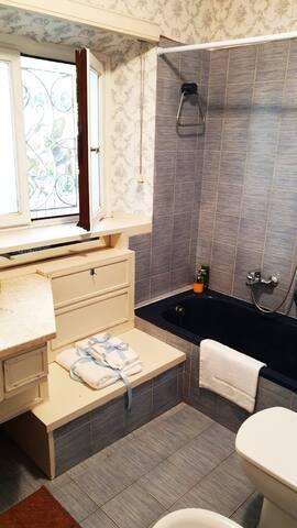 Bagno padronale pronto per gli ospiti. Ogni nostro bagno è dotato di sapone mani, bagnoschiuma, shampoo e di finiture alberghiere per quanto riguarda: asciugamani (corpo, viso, ospite) e tappetino scendidoccia. Coccolatevi con finiture alberghiere!