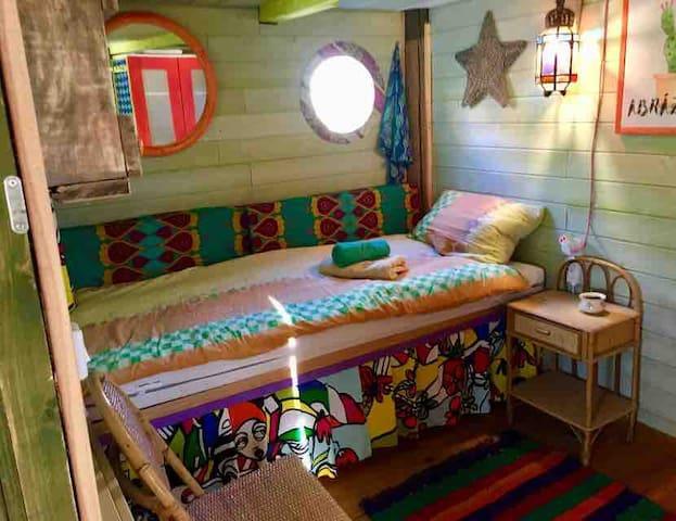 Chambre à coucher pour solo , donc un seul lit.