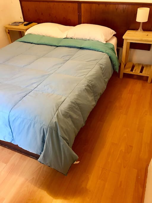 Amplia y comoda cama de 2 plazas con piso laminado y baño privado.