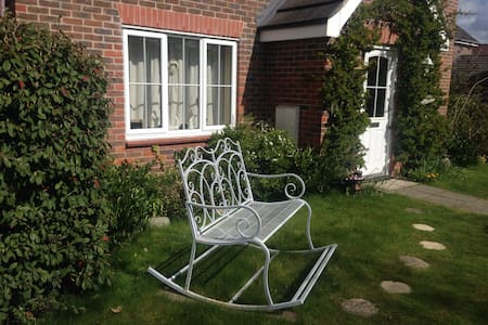 Light, airy single bedroom with en-suite. - Thetford - House - 1