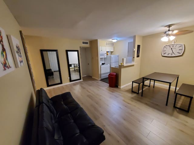 Large PVT bedroom near Uptown Dallas Wifi and TV