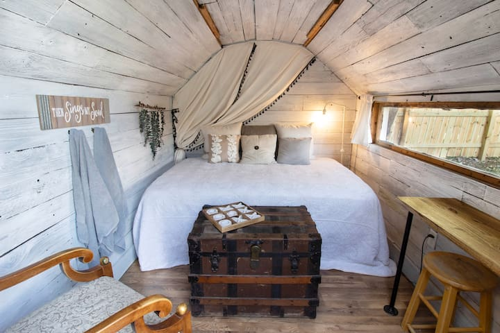 Tiny Home Glamping - Centrally Located!