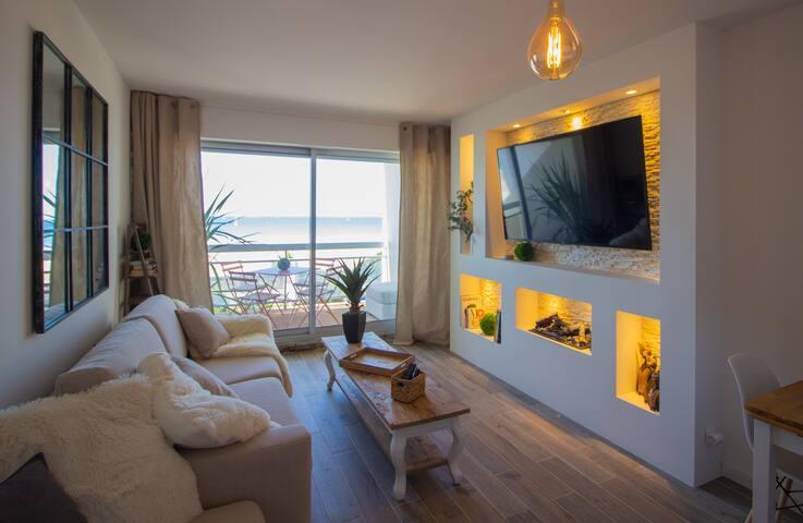 ✨ Salon moderne avec lumière cosy, TV HD et Netflix, aucun fil électrique apparent, cheminée à eau d'ambiance, mur de pierre ✨