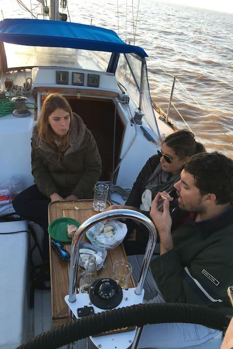 Un tentempié durante la navegación