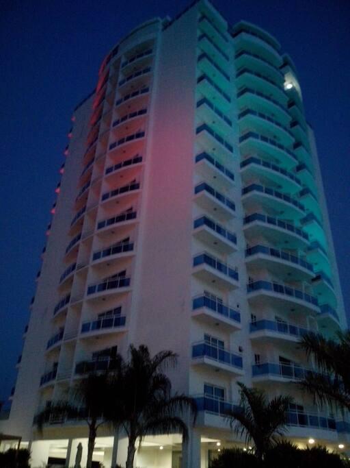vista nocturna del complejo que es iluminado cada noche.