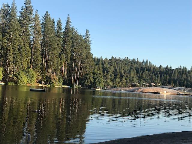Beautiful area near Yosemite with hiking & lakes