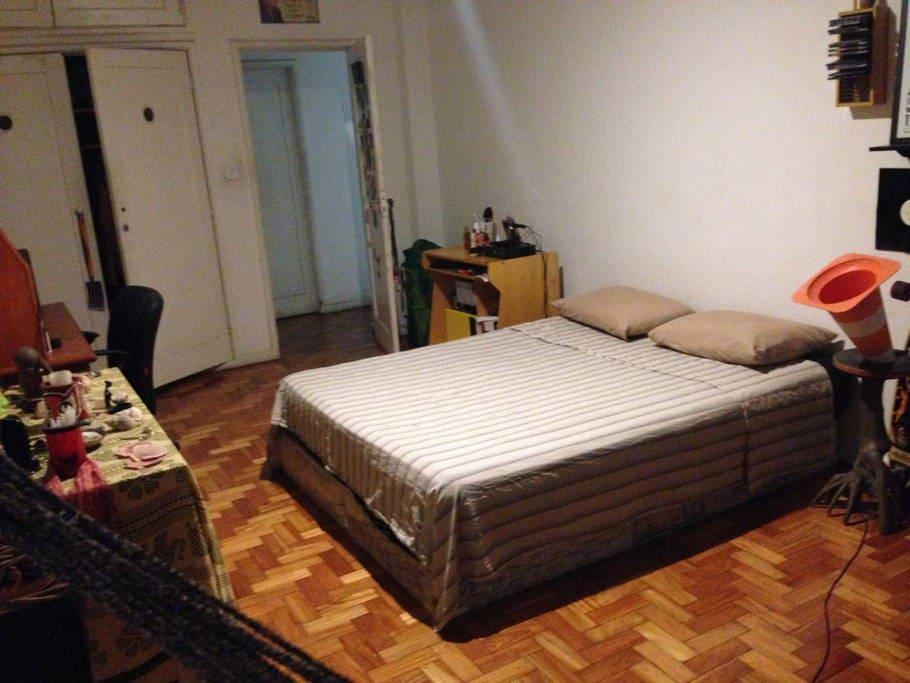 Bem vindo! Quarto espaço, limpo e aconchegante. Welcome! Big, clean and cosy bedroom.