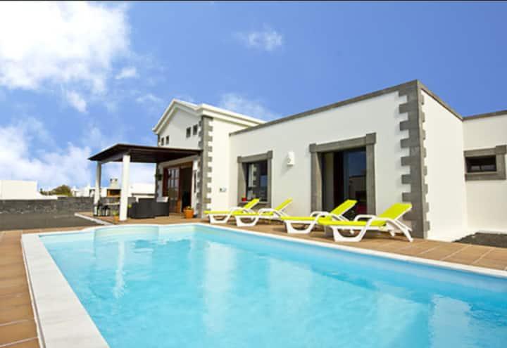 Villa Lanzarote.Bright villa with private pool
