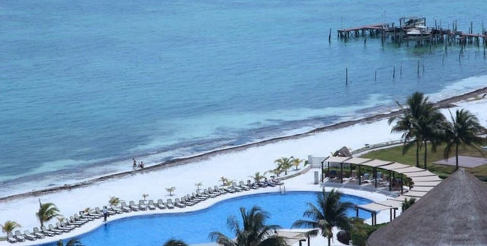 Enjoy an amazing apartment by Cancun's sea shore