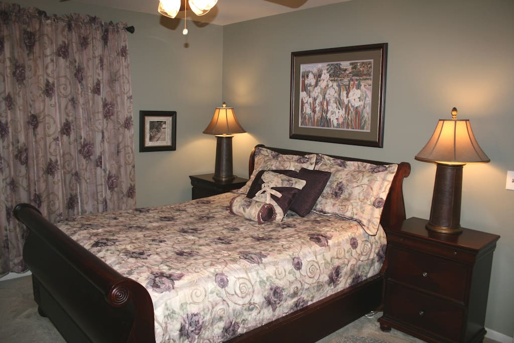 Large bedroom with Queen size bed & luxurious linens.