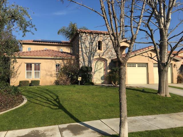 Gorgeous Tuscan Villa in Seven Oaks - Bakersfield - Talo