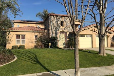 Gorgeous Tuscan Villa in Seven Oaks - Bakersfield - Ev