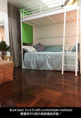 Bunk bed 3x6ft with comfortable mattress! 雙層床3x6ft與舒適的床墊!