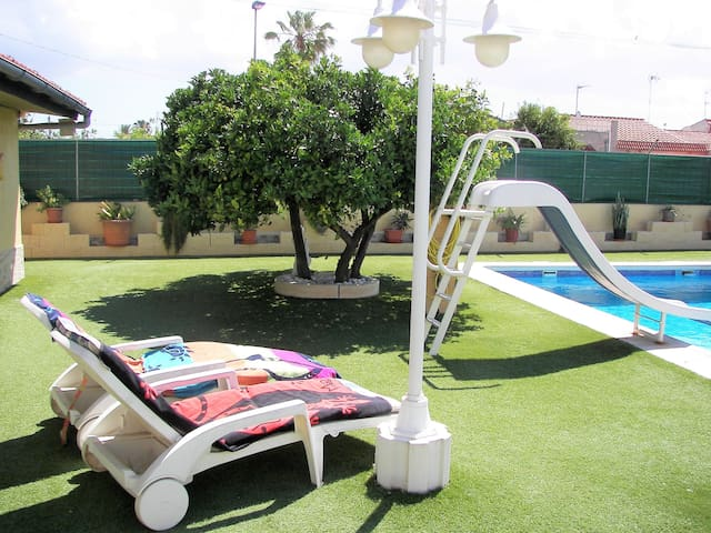 3 / Habitación con acceso a la piscina y jardín.